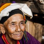 Mujer con vestimenta de poblado Pulau