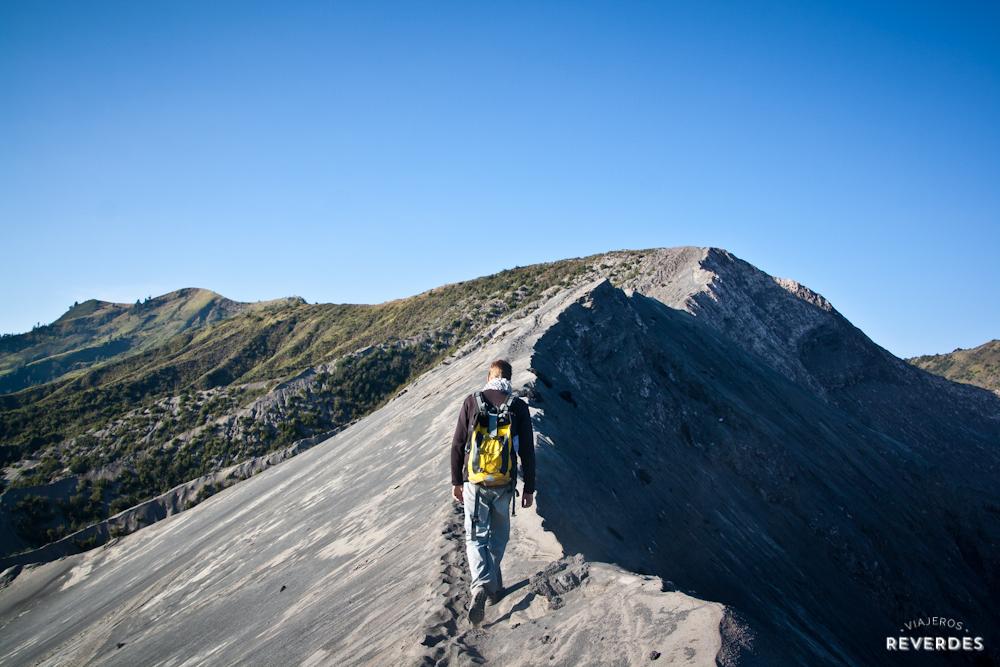 Caminando por el borde del cráter de Bromo