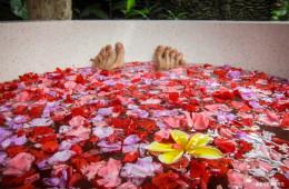 Baño caliente de flores acompañado de un té