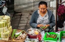 Mujer haciendo una cesta Ketupat