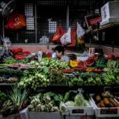 Puesto de verduras en Local vegetariano en Chinatown Complex