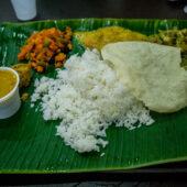 Comida india sobre hoja de palma