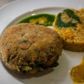 Burger de garbanzos, espinacas y tofu con timbal de quinoa