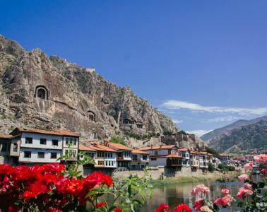 Vistas de Amasya de día desde el río Yeşilırmak