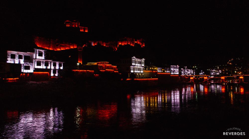 Vistas de Amasya de noche desde el río Yesilirmak