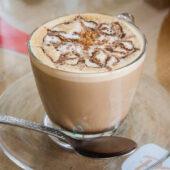 Café con leche de coco en Free Bird Cafe
