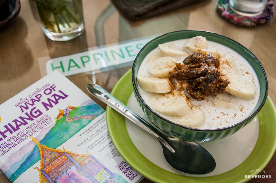 Porridge de avena junto al mapa de Chiang Mai de Nancy Chandler