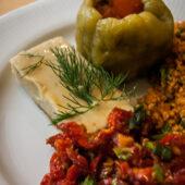 Ensalada de tomates secos, fava y pimiento relleno de arroz en Galata Kitchen, Estambul