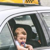 Niño georgiano en taxi