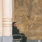 Monje ortodoxo hablando por telefono