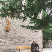 Monje ortodoxo en iglesia