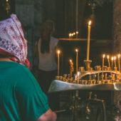 Mujer georgiana rezando