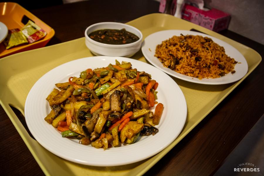 Arroz y verduras salteadas