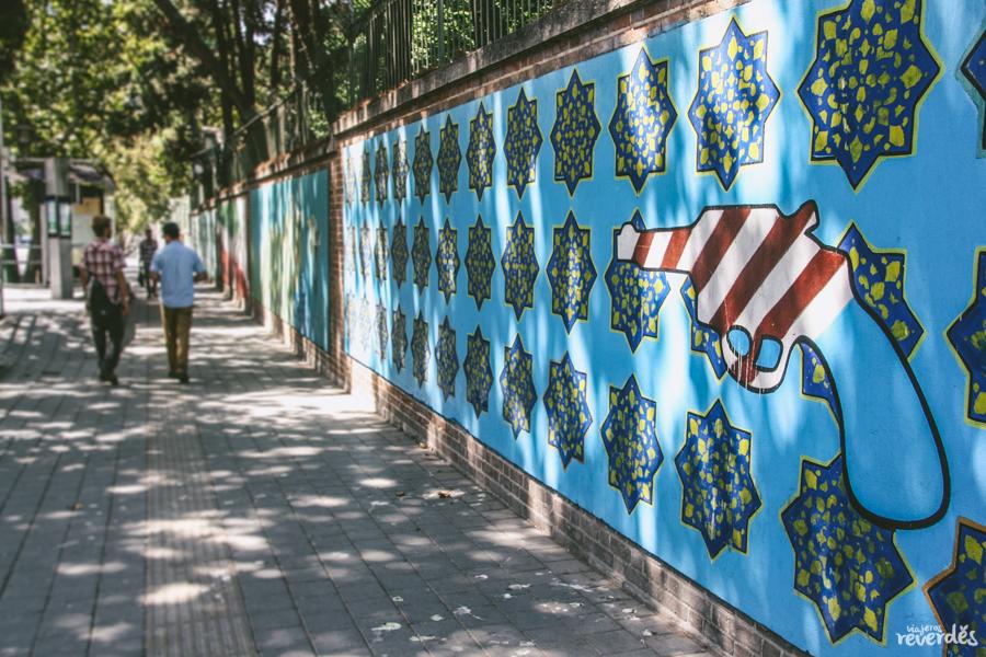 Paseando por los alrededores de la antigua embajada americana en Teherán