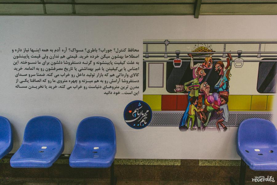 Cartel en el metro de Teherán