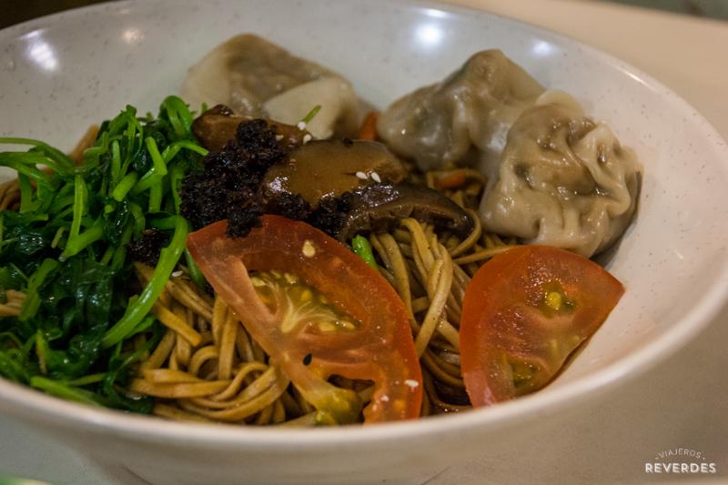 Ensalada de noodles y gyozas en Healthy Lifestyle