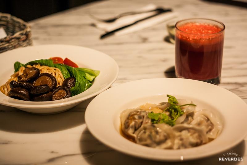 Dumplings veganas y pasta con setas y verduras en Real Food