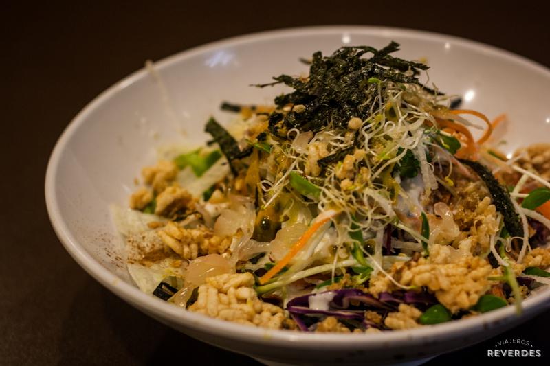 Ensalada Charcoal Noodle en New Green Pasture Cafe