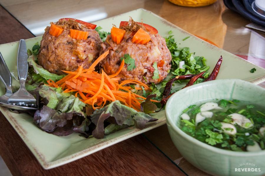 Bolas de arroz y verduras en Free Bird Cafe