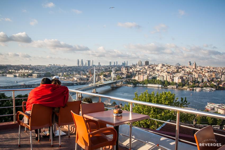 Té turco a la fresca con vistas al cuerno de oro