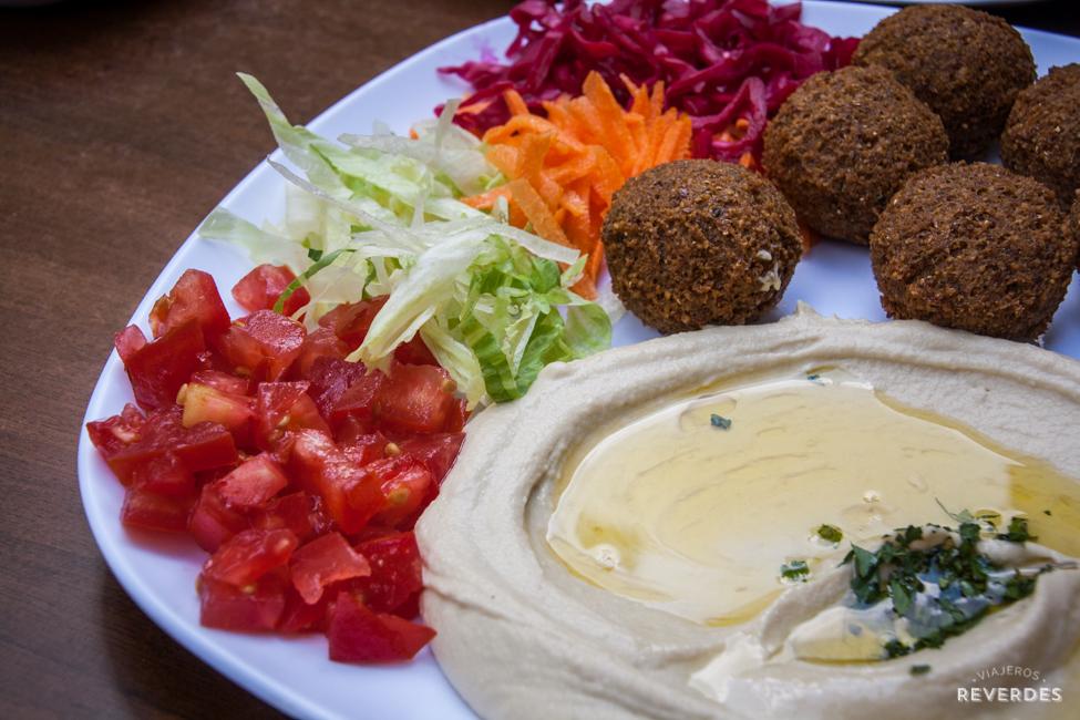 Falafel y hummus en Falafel House, Estambul