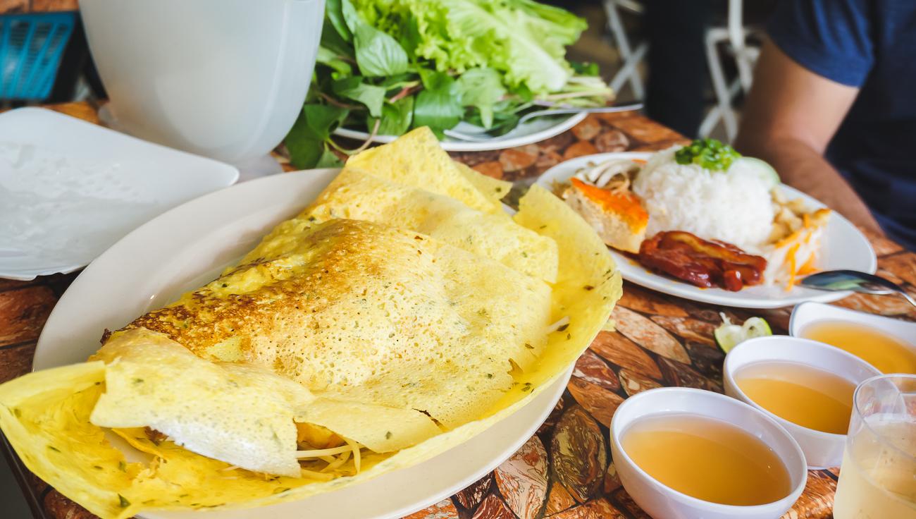Desayuno vietnamita: bánh xèo con tofu y brotes de soja, caldo vegetal y hojas verdes para acompañar.